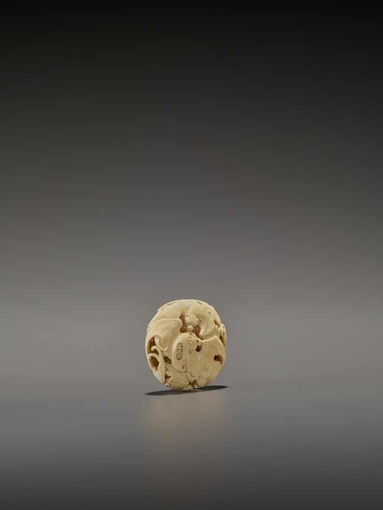 A RARE IVORY RYUSA MANJU NETSUKE WITH MANY BATS SignedJapan, late 19th centuryFinely carved in - Image 5 of 8