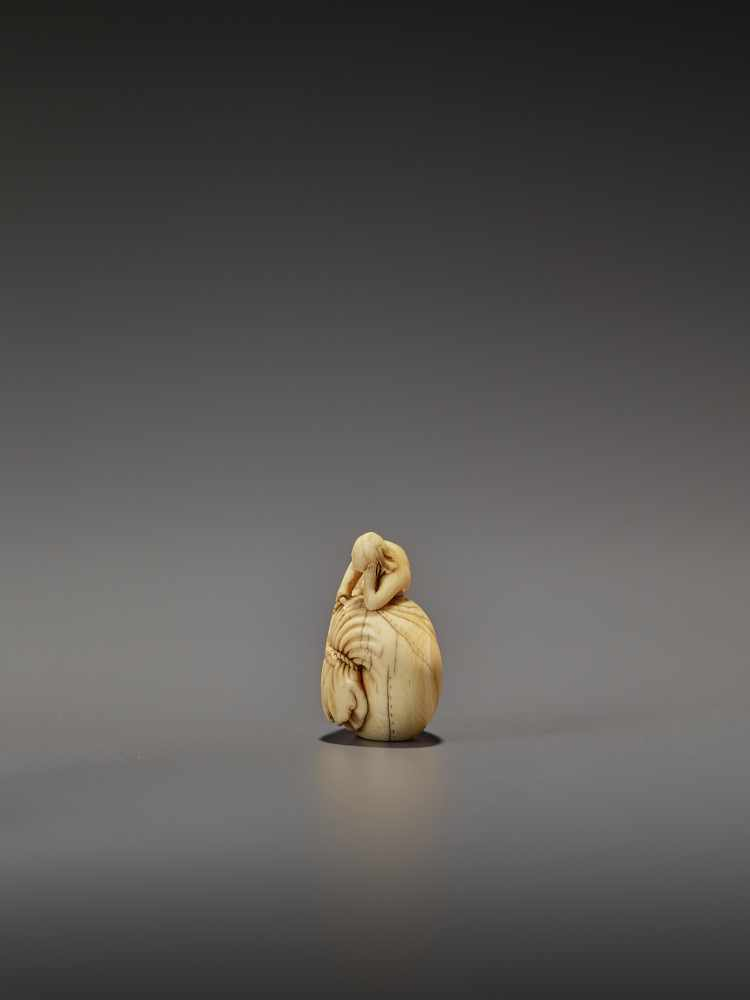 AN EARLY IVORY NETSUKE OF A NAKED MAN SLEEPING ON A BAG UnsignedJapan, mid-18th century, Edo - Image 4 of 8