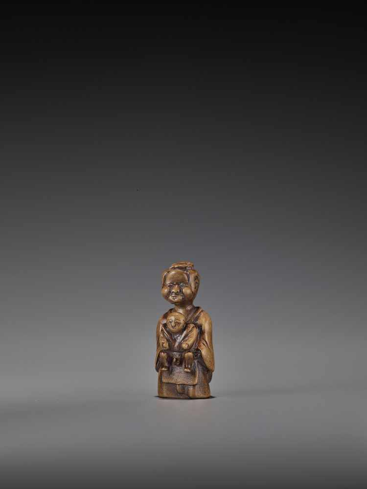 A RARE WOOD 'DOUBLE SHUNGA' NETSUKE OF A MOTHER AND CHILD UnsignedJapan, 18th century, Edo period ( - Image 3 of 8