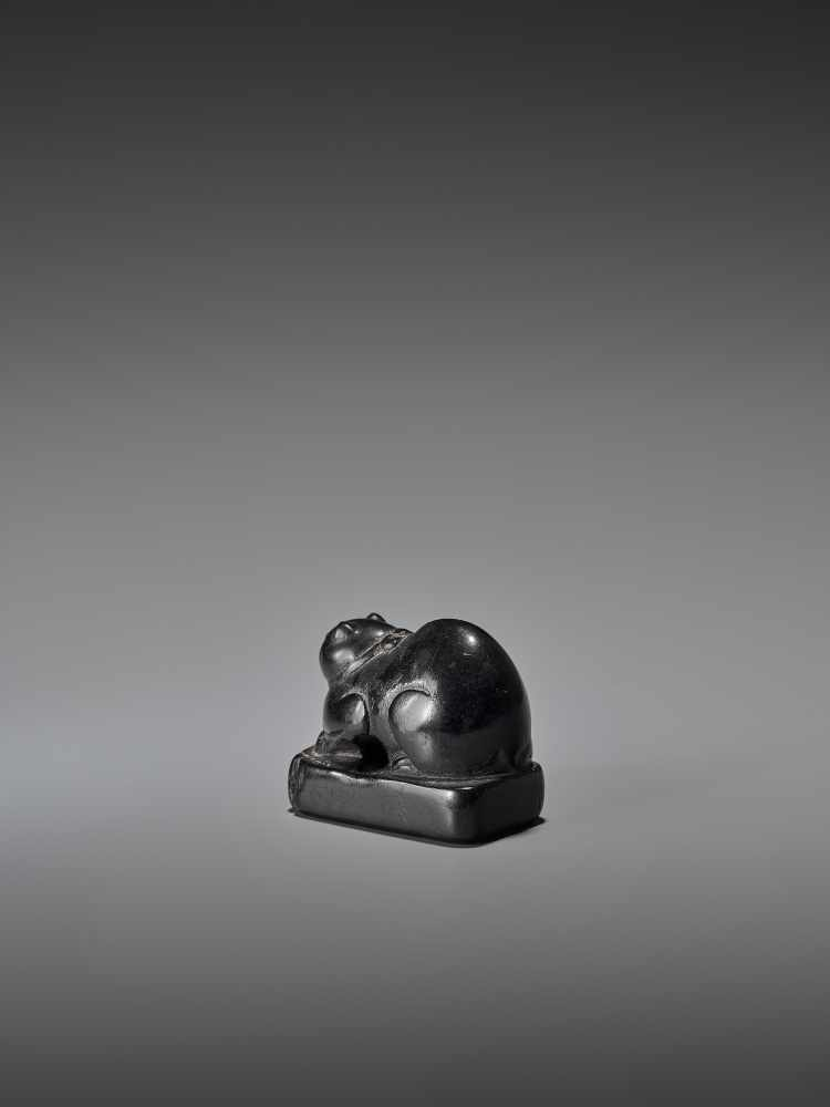 AN EARLY EBONY WOOD NETSUKE OF A WELL-FED CAT ON A BASE UnsignedJapan, early 18th century, Edo - Image 3 of 9
