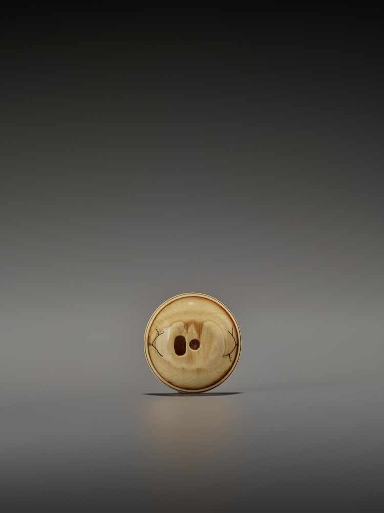 AN IVORY NETSUKE OF AN OCTOPUS INSIDE A MORTAR UnsignedJapan, probably Osaka, early to mid-19th - Image 3 of 8