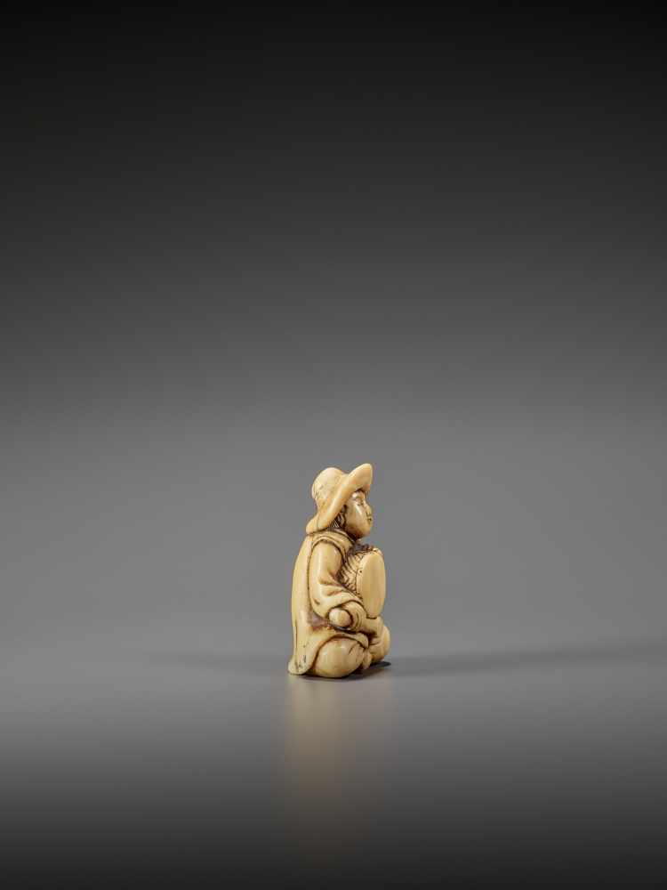 AN IVORY NETSUKE OF A DUTCHMAN WITH DRUM UnsignedJapan, late 18th century, Edo period (1615-1868) - Image 5 of 7