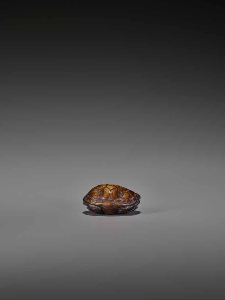 A WOOD NETSUKE OF A RETRACTED TORTOISE UnsignedJapan, 18th century, Edo period (1615-1868)This early - Image 8 of 10