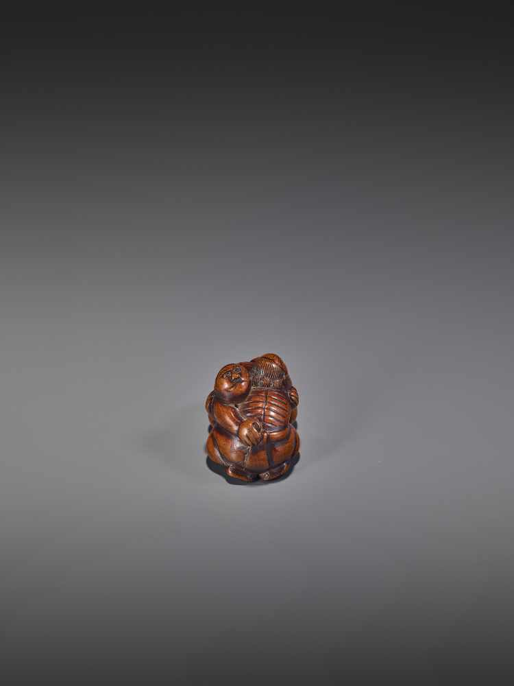 A WOOD NETSUKE OF TWO WRESTLERS UnsignedJapan, early 19th century, Edo period (1615-1868)Carved from - Image 6 of 9