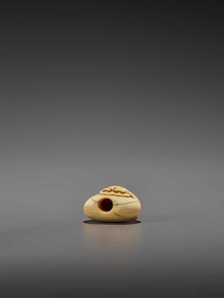 AN EARLY IVORY NETSUKE OF A NAKED MAN SLEEPING ON A BAG UnsignedJapan, mid-18th century, Edo - Image 8 of 8