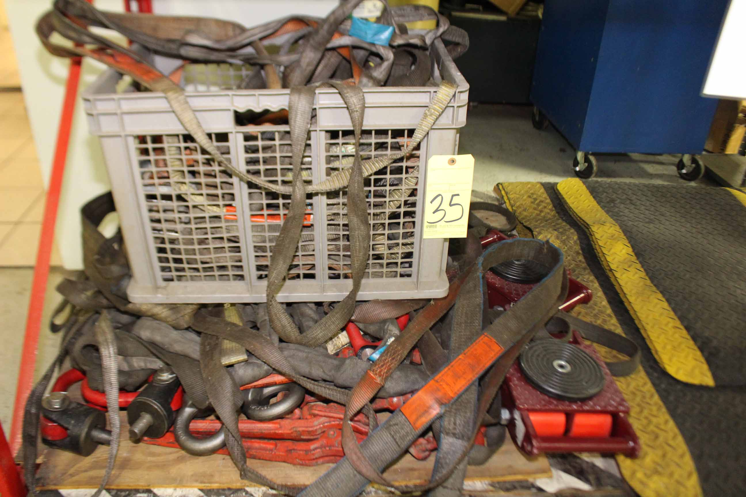 Lot 35 - LOT CONSISTING OF: rigging straps, machine skates chain binders