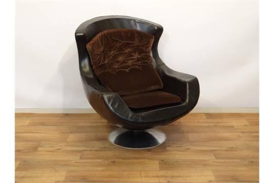 Zwart leren stoel leren designstoel met kuipvormige zitting en