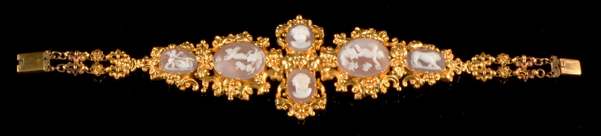 Lot 534 - Cameo and gold bracelet