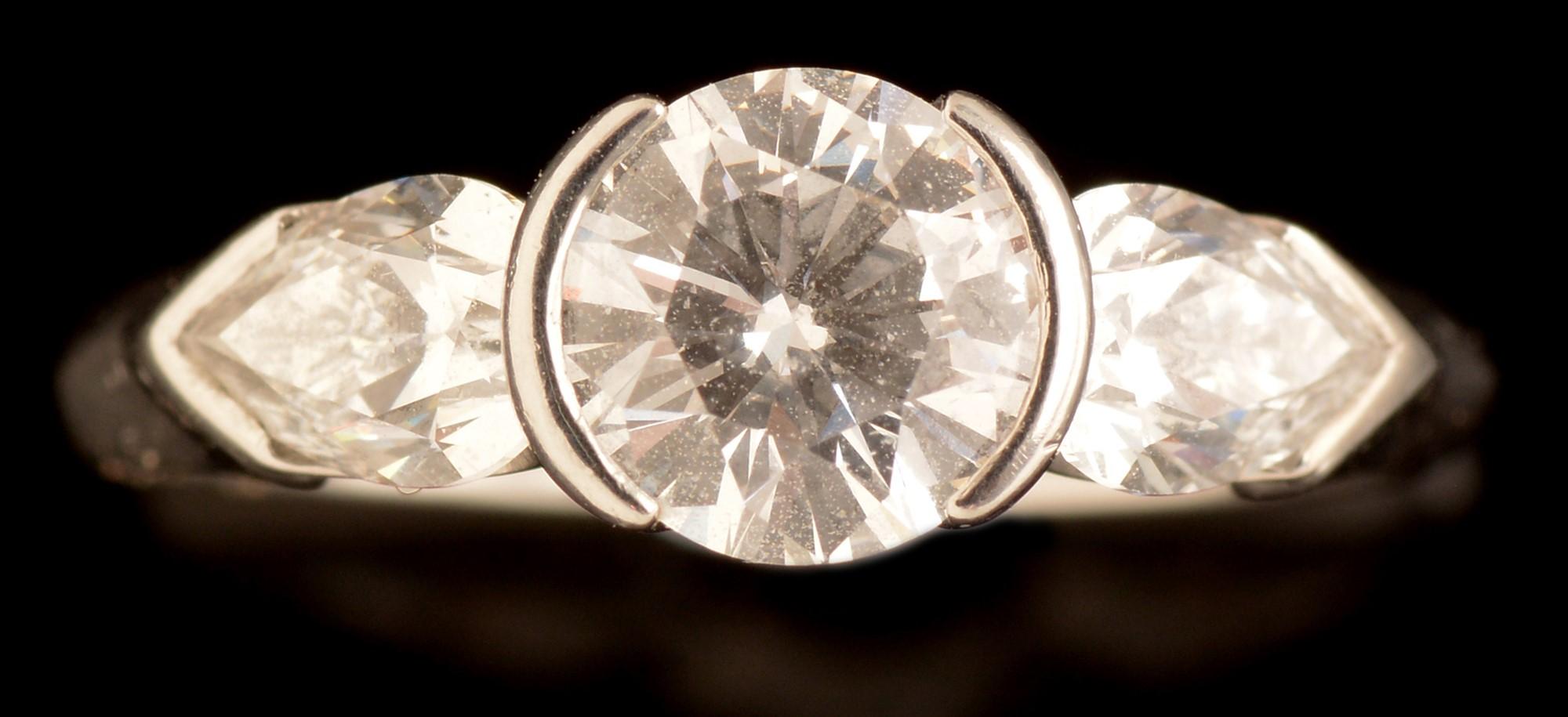 Lot 527 - Three stone diamond ring