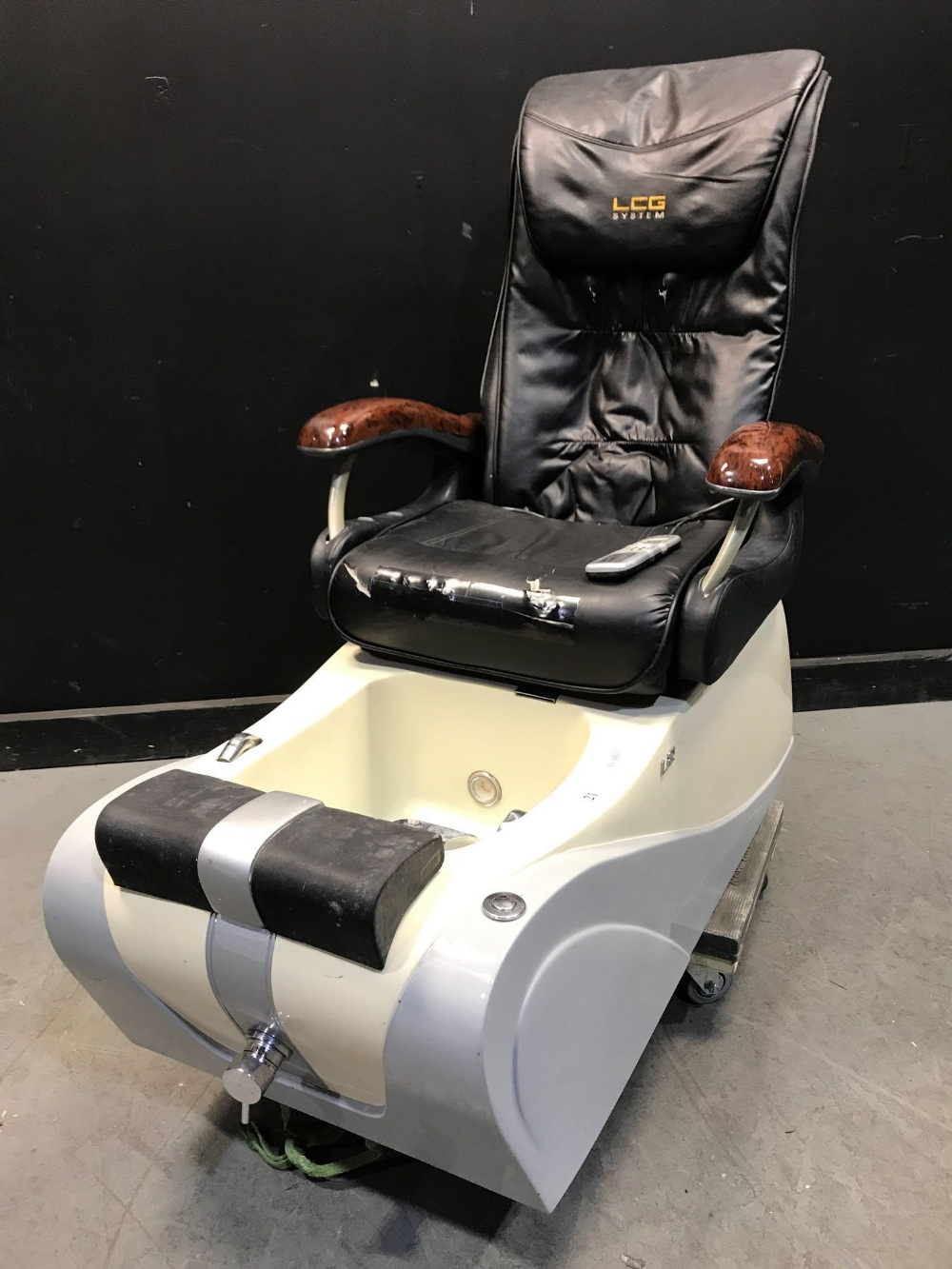 Lot 21 - L280 PEDICURE CHAIRS