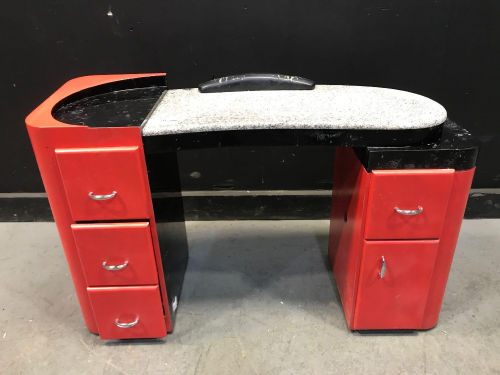 Lot 20 - LC MANICURE STATION