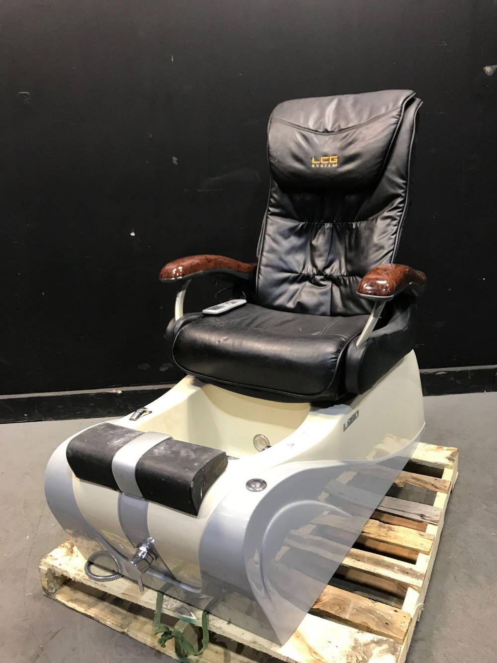 Lot 24 - L280 PEDICURE CHAIRS