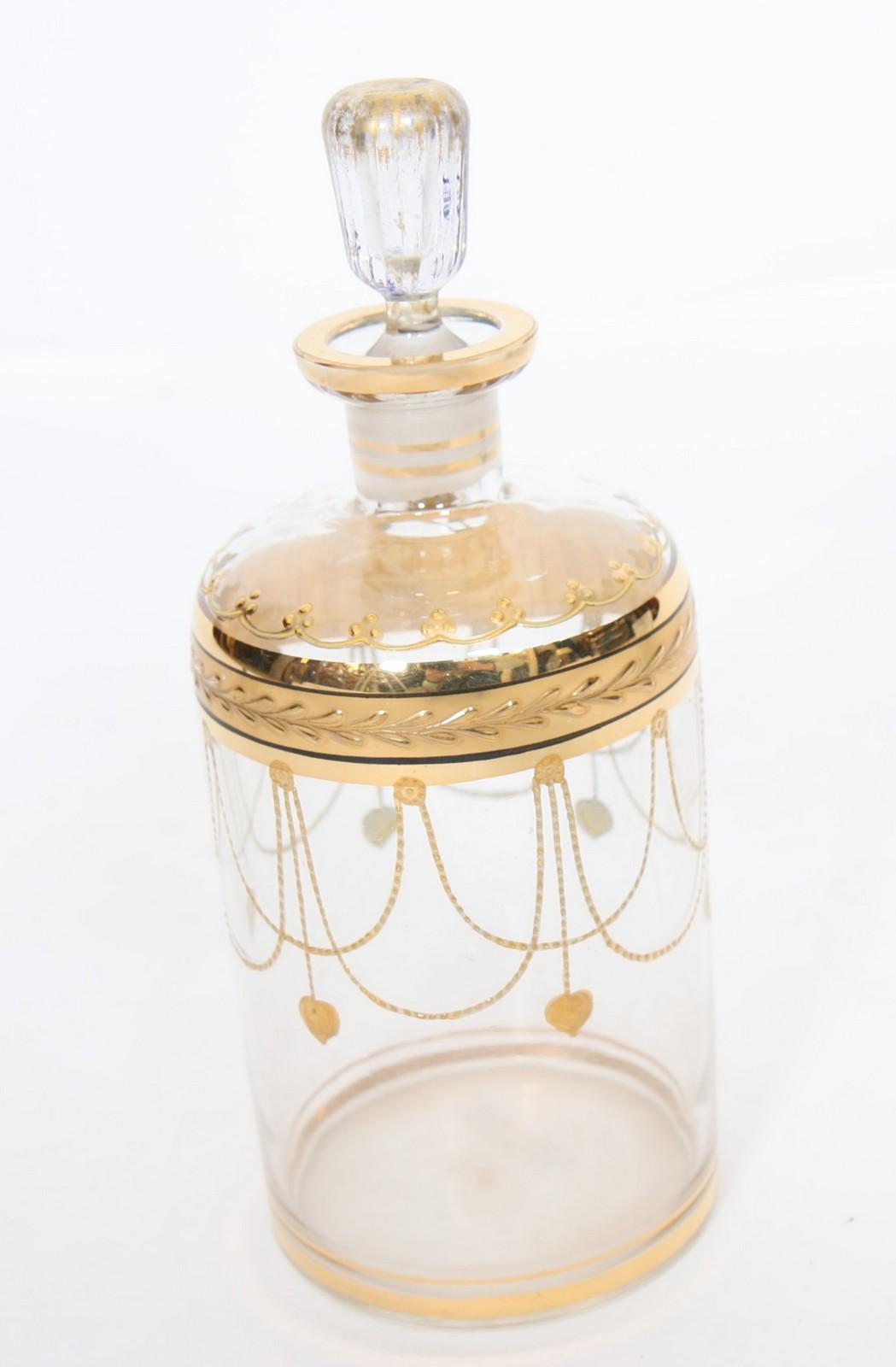 CARAFON En verre, à décor en relief doré. Epoque Début XXème siècle. H : 25 cm