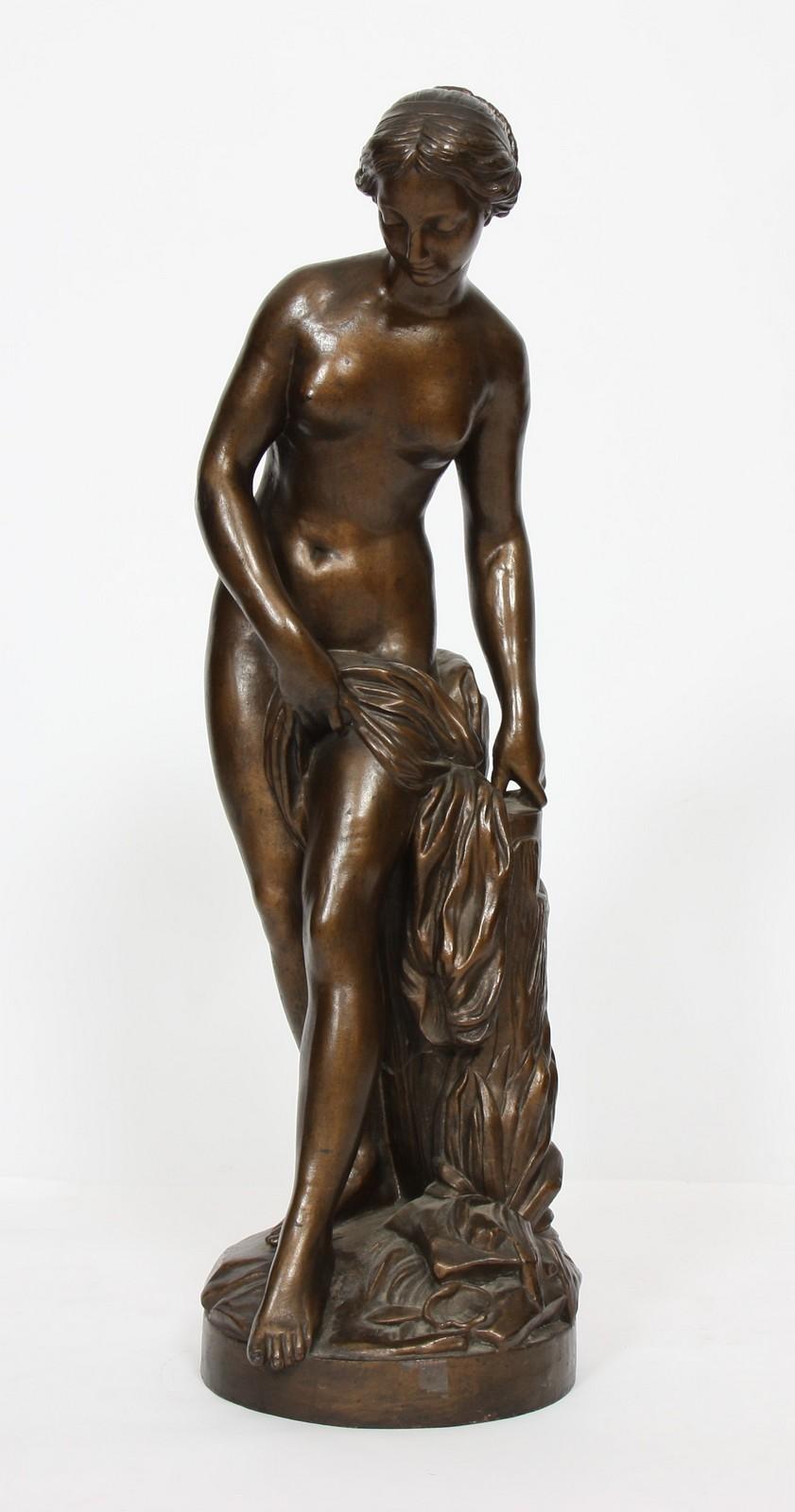 """FONTE """"VENUS AU BAIN"""" Fonte à pâtine marron dorée représentant la """"Vénus au bain"""" d'après"""