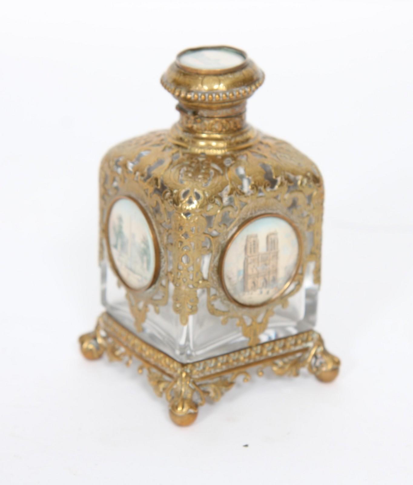 ENCRIER XIXème En verre à monture en bronze doré à décor en médaillons de vues de Paris. Epoque