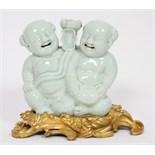 MAGOTS EN PORCELAINE CHINE En porcelaine blanche de Chine d'époque Kanghi ( 1666-1722 ) représentant