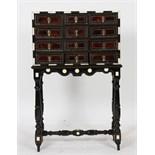 PETIT CABINET XVIIè Ouvrant en façade par douze petit tiroirs en ébène et placage d'écaille de