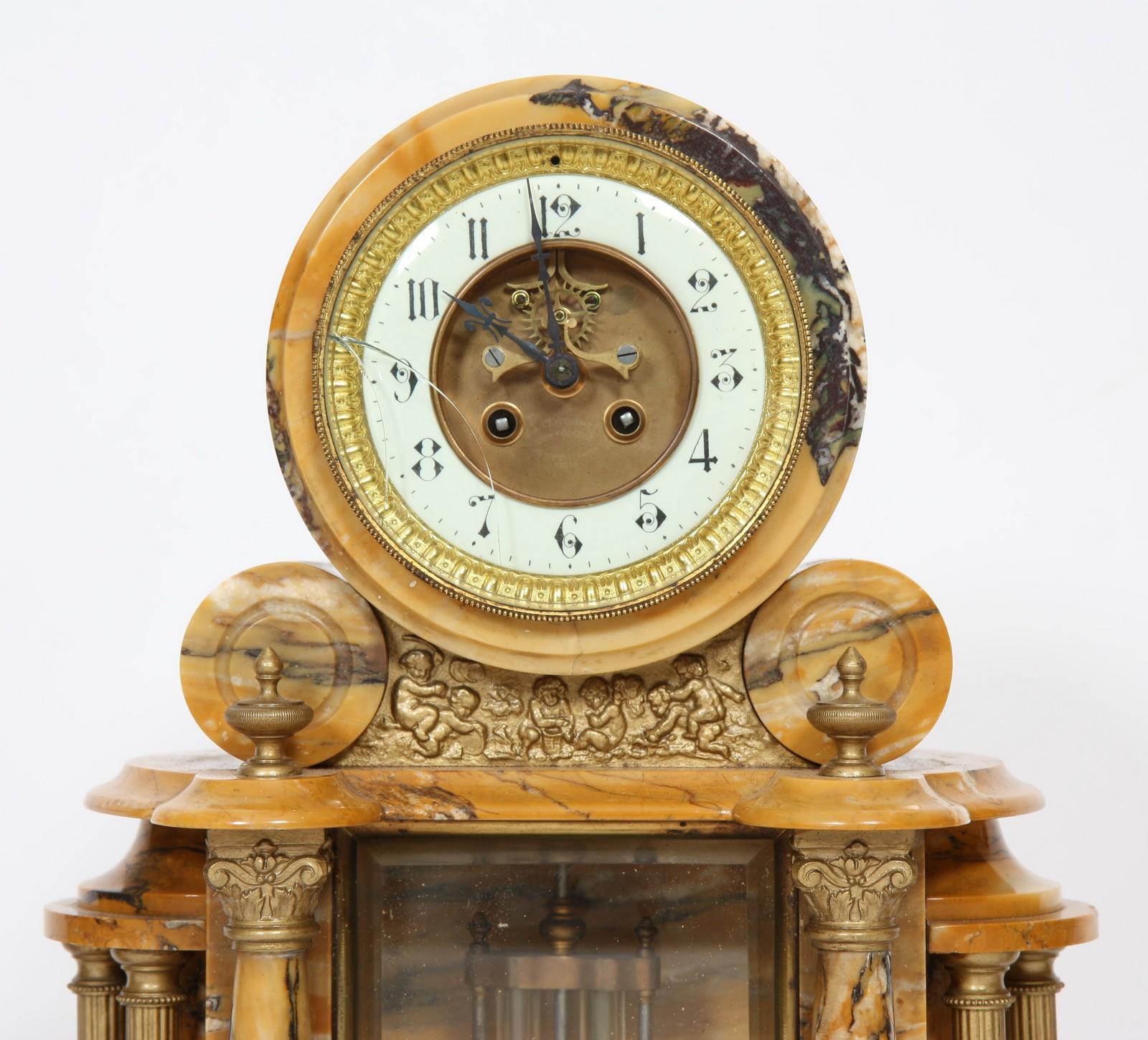 GARNITURE EN MARBRE 1930 Composée d'une pendule et d'une paire de cassolettes en marbre, à - Image 2 of 4