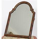 PETIT MIROIR EN BOIS LAQUE ET DORE REGENCE  En bois laqué rouge et brun à décor doré à la Bérain,