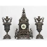 IMPORTANTE GARNITURE EN BRONZE ARGENTE RUSSE XIXè Pendule à cadran central émaillé, surmontée d'un