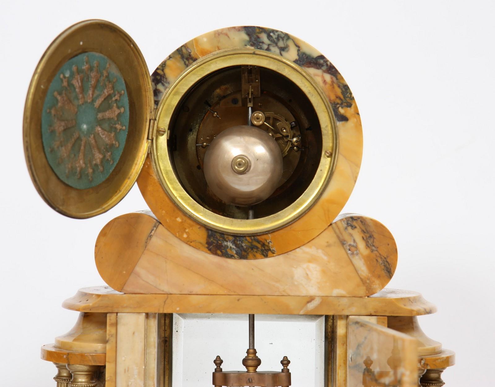 GARNITURE EN MARBRE 1930 Composée d'une pendule et d'une paire de cassolettes en marbre, à - Image 4 of 4