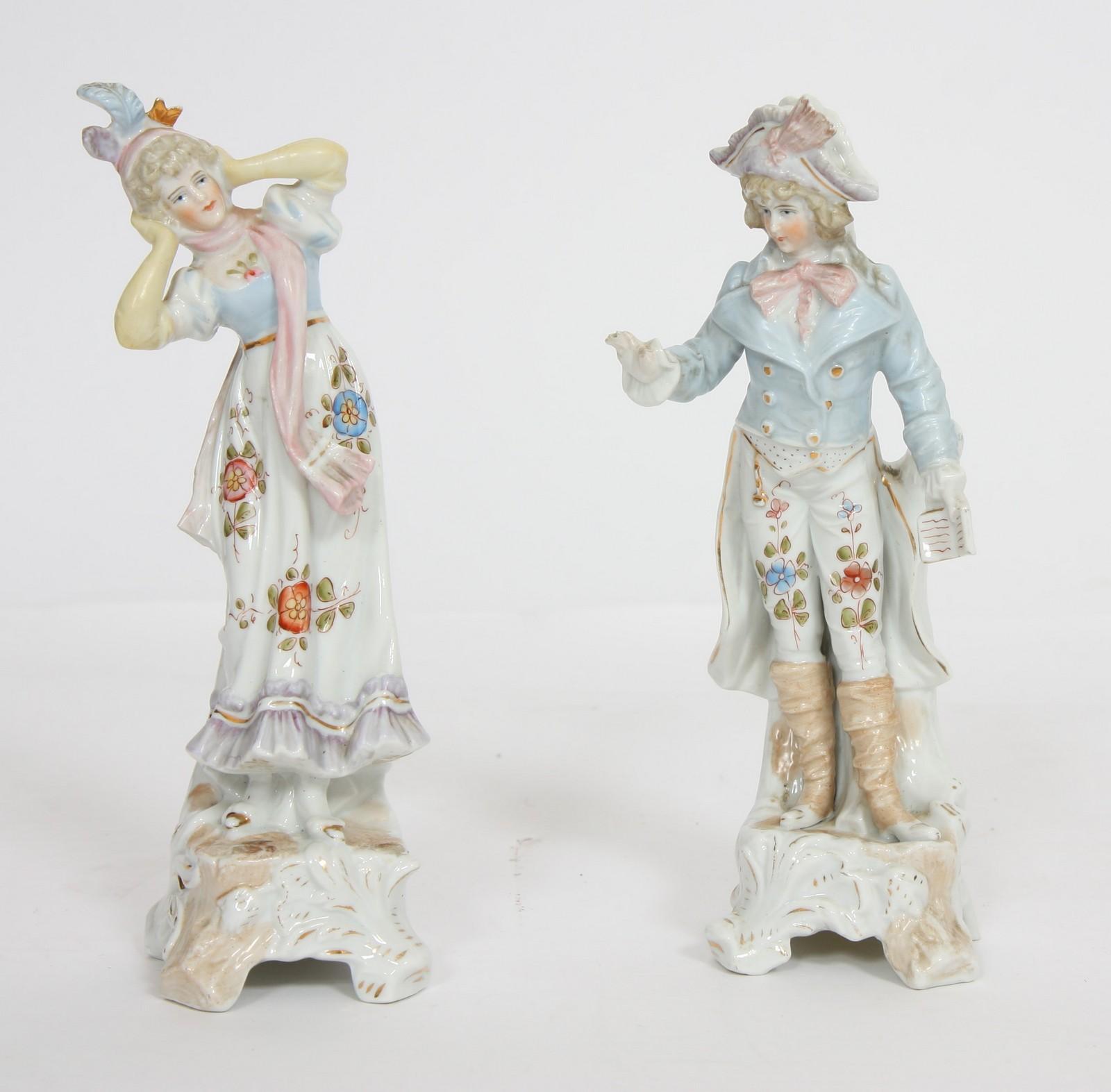 PAIRE DE STATUETTES EN PORCELAINE En porcelaine polychrome représentant un couple d'élégants du