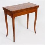 TABLE A JEUX ATTRIBUEE A HACHE A GRENOBLE En placage de noyer et merisier, plateau basculant à