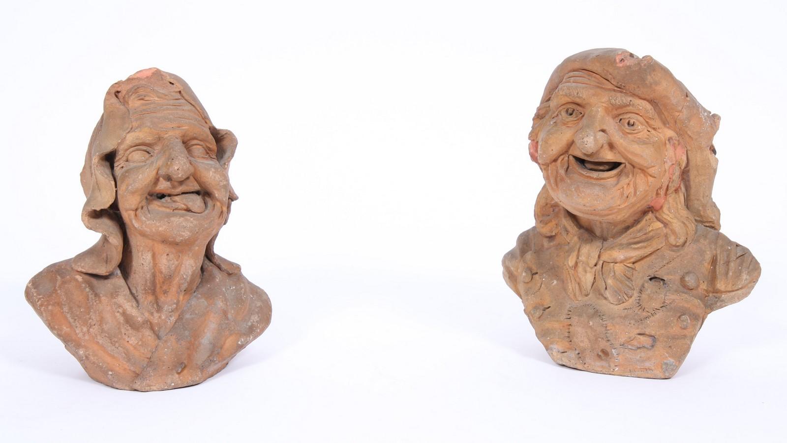 DEUX TETES EN TERRE CUITE Représentant deux têtes de vieillards grimaçants. ( état d'usage ). Epoque