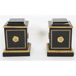 PAIRE DE SOCLES LOUIS XIV De forme cubique, en placage d'ébène et en bronze doré et ciselé. Epoque
