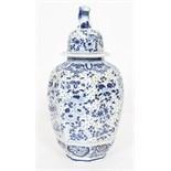 POTICHE EN BLANC BLEU De forme balustre à huit cotés cotelés, en faience blanche à décor en bleu d'