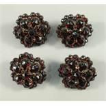 4 Granat-Knöpfe, Böhmen um 1890, runde Blütenform, facettierte Steine, getreppt inm Tombakfassung,