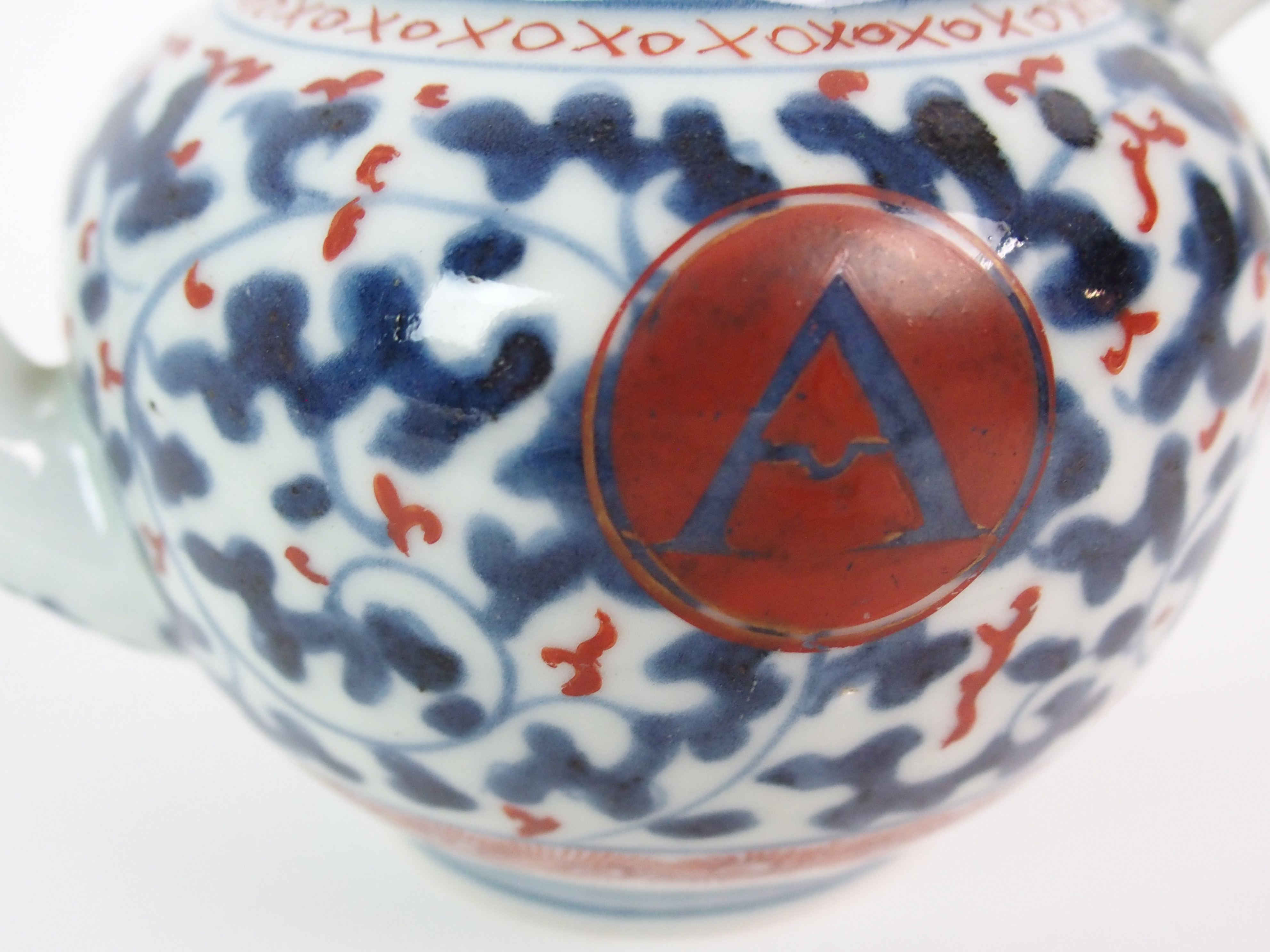 Lot 18 - A CHINESE EXPORT GLOBULAR TEAPOT AND COVER painted with blue and iron red vermiculated ground and
