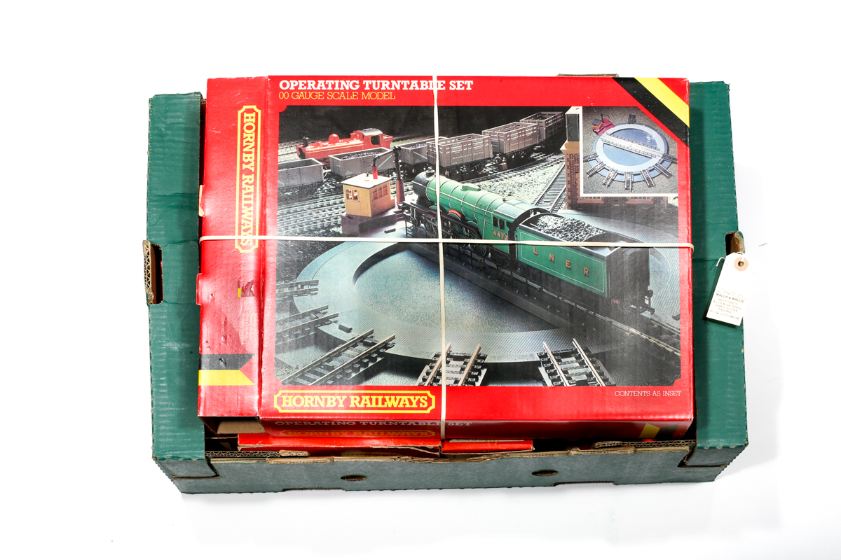 Lot 10 - A quantity of Tri-ang Hornby model railway. A BR A1A-A1A diesel electric locomotive RN D5572 (