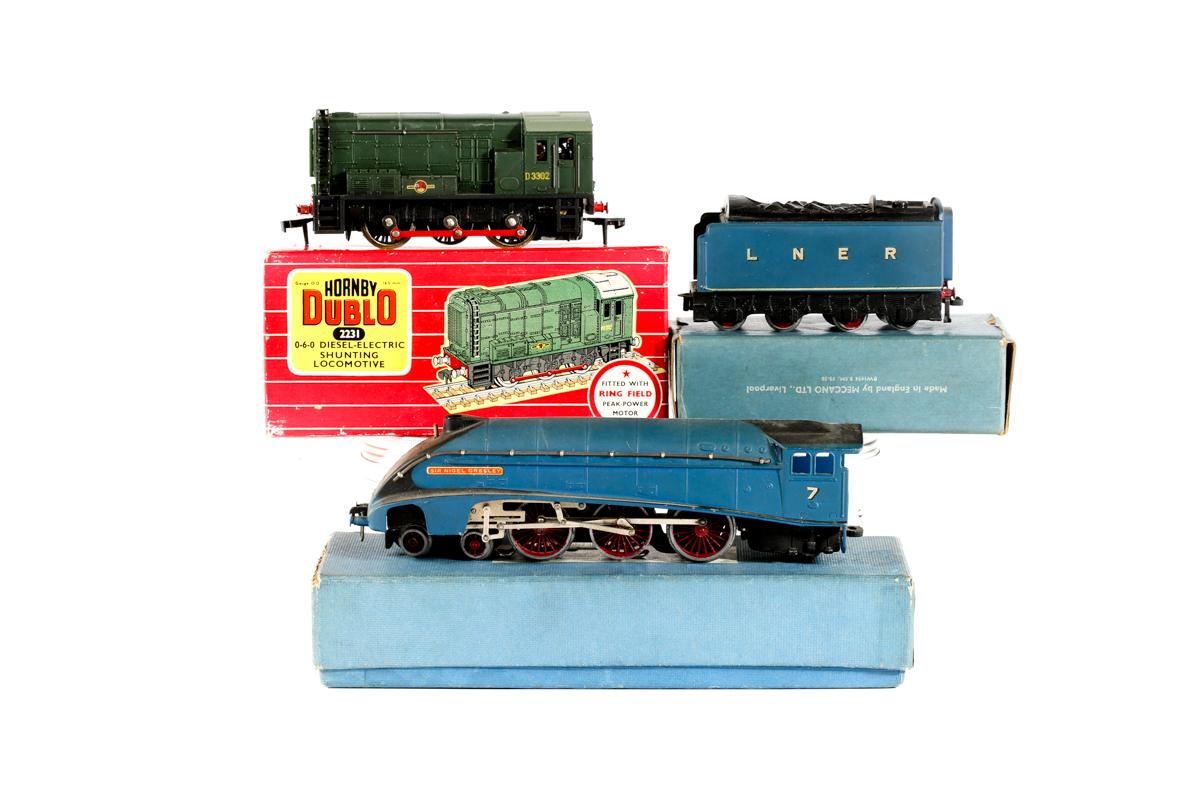 Lot 31 - 2 Hornby Dublo locomotives. A 3-rail LNER class A4 4-6-2 tender locomotive 'Sir Nigel Gresley'