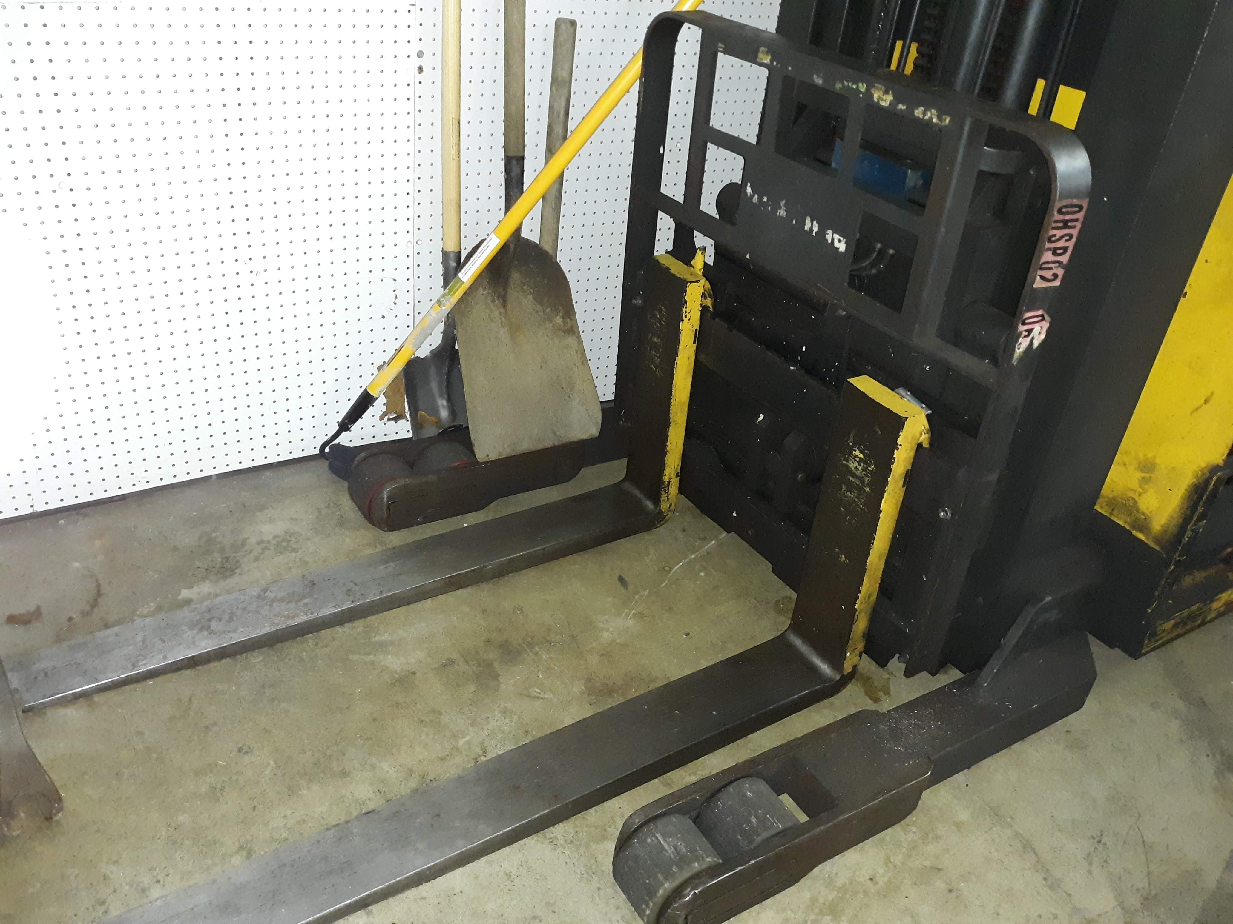 RAYMOND STAND UP FORK TRUCK (NEEDS BATTERY) MODEL-EASI S#EZA-93-00283 36VOLT 4,500 LB. CAPACITY ( - Image 5 of 7