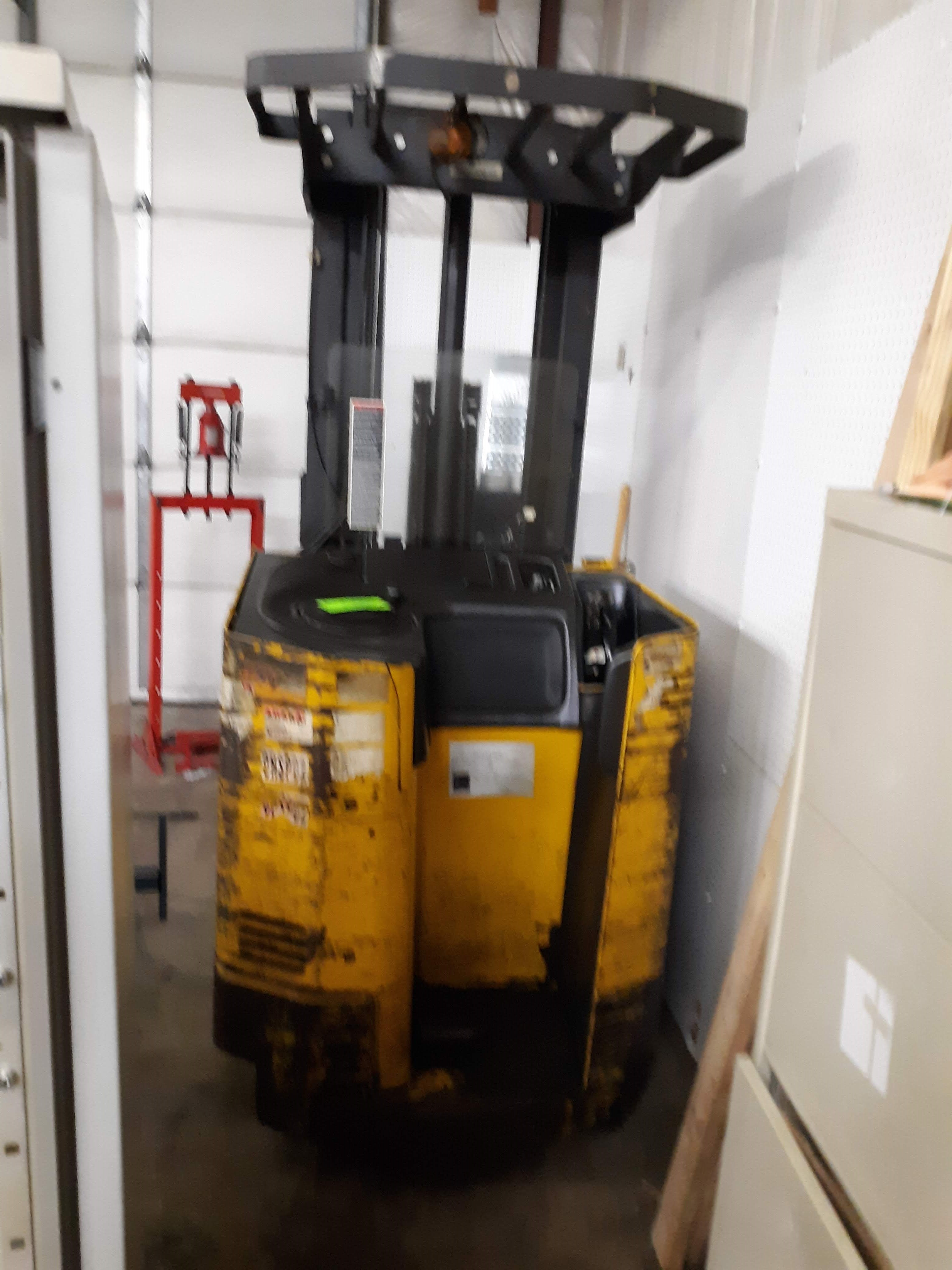 RAYMOND STAND UP FORK TRUCK (NEEDS BATTERY) MODEL-EASI S#EZA-93-00283 36VOLT 4,500 LB. CAPACITY ( - Image 2 of 7