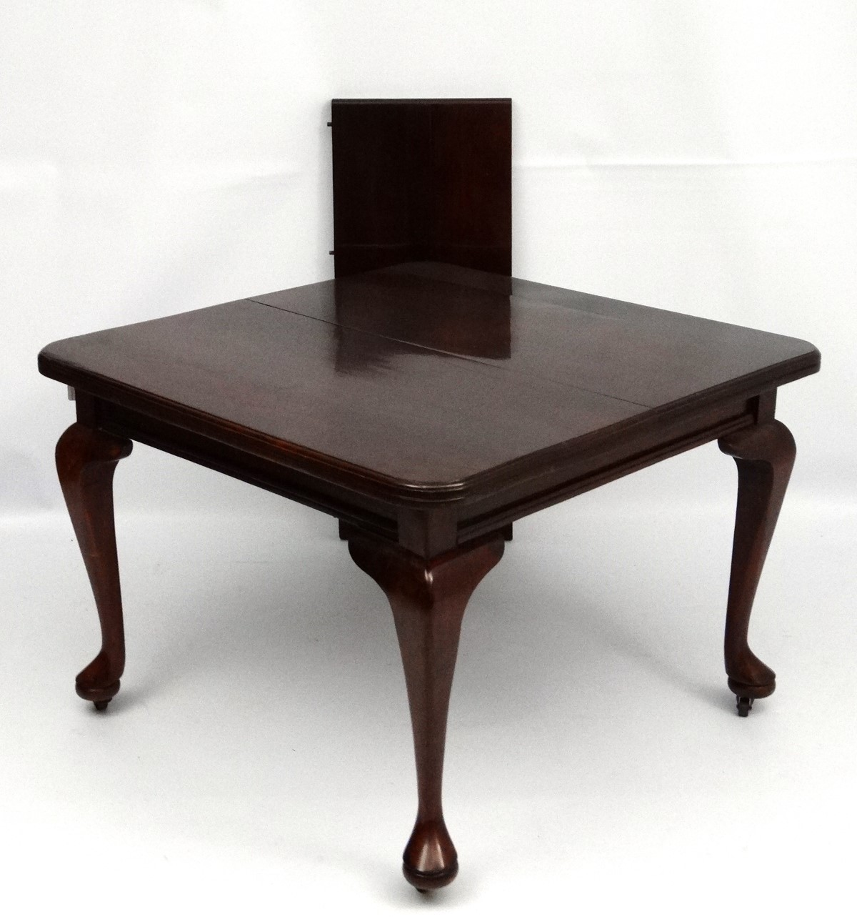 Lot 30 - An early 20thC Queen Anne style stained pine dining table with single leaf.
