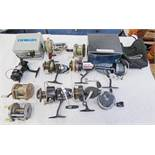 TEN MIXED REELS TO INCLUDE A BOXED DAIWA 1000 X SPINNING REEL, MITCHELL 301 REEL, MULTIPLYING REEL,