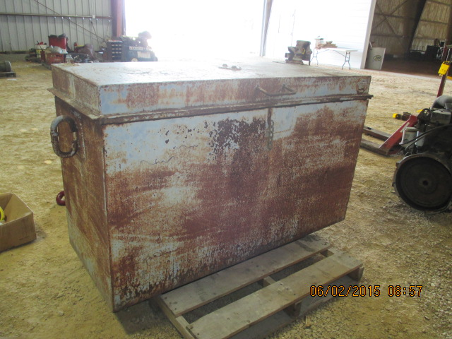 Portable metal toolbox w/bench vise - Image 2 of 2