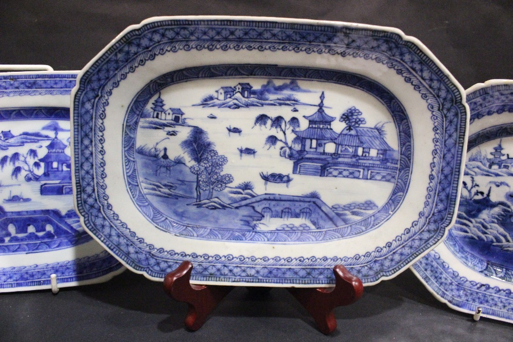 Lot 24 - A COLLECTION OF 19TH CENTURY CHINESE EXPORT WARE (5) Serving dishes, includes one labelled '