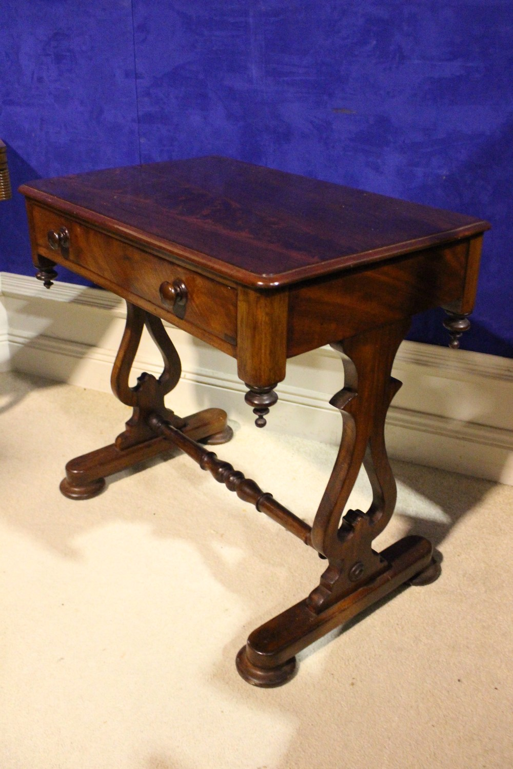 A VERY FINE 19TH CENTURY SIDE / HALL TABLE, with single drawer to the frieze, with down turned - Image 2 of 5