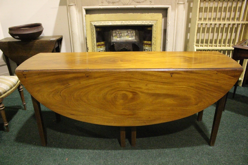 A VERY FINE MAHOGANY DROP LEAF HUNTS TABLE, with double gate leg on both sides