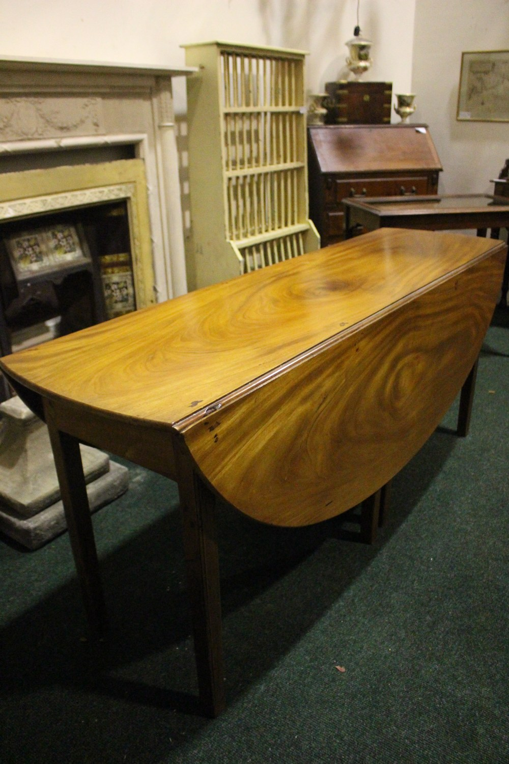 A VERY FINE MAHOGANY DROP LEAF HUNTS TABLE, with double gate leg on both sides - Image 2 of 4