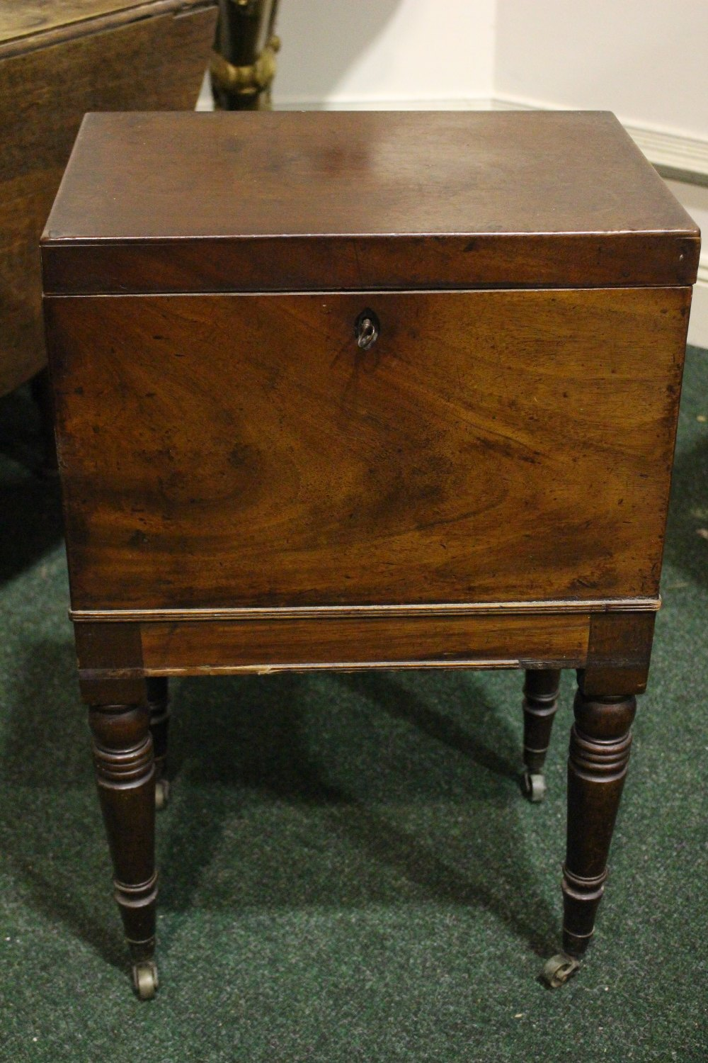 A VERY GOOD CELLARET / CADDY STAND, with hinged top, compartmented interior, with a pierced lift out