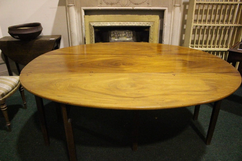 A VERY FINE MAHOGANY DROP LEAF HUNTS TABLE, with double gate leg on both sides - Image 3 of 4