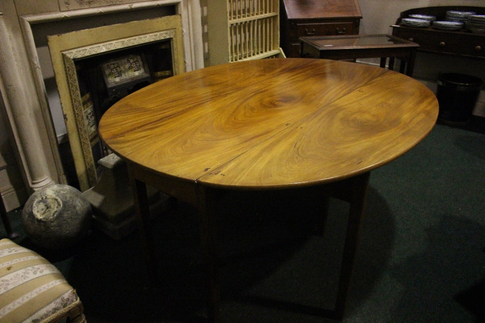 A VERY FINE MAHOGANY DROP LEAF HUNTS TABLE, with double gate leg on both sides - Image 4 of 4