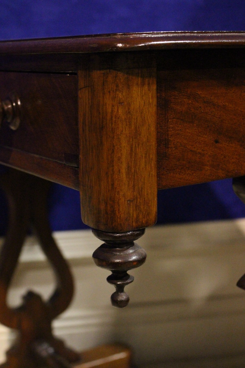 A VERY FINE 19TH CENTURY SIDE / HALL TABLE, with single drawer to the frieze, with down turned - Image 4 of 5