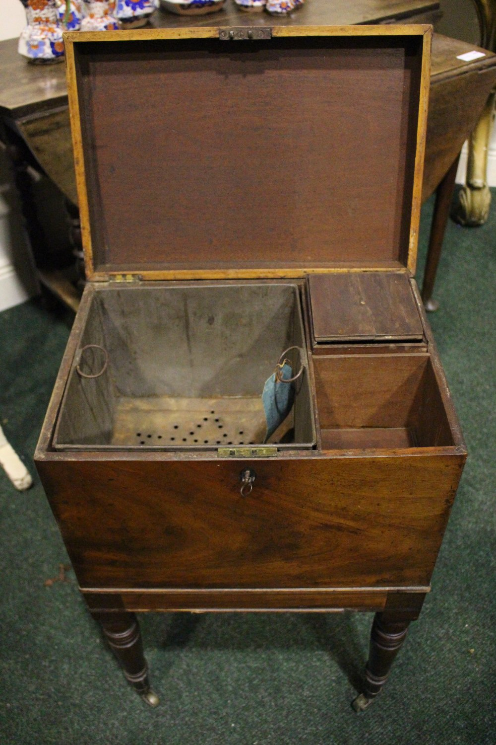 A VERY GOOD CELLARET / CADDY STAND, with hinged top, compartmented interior, with a pierced lift out - Image 3 of 4