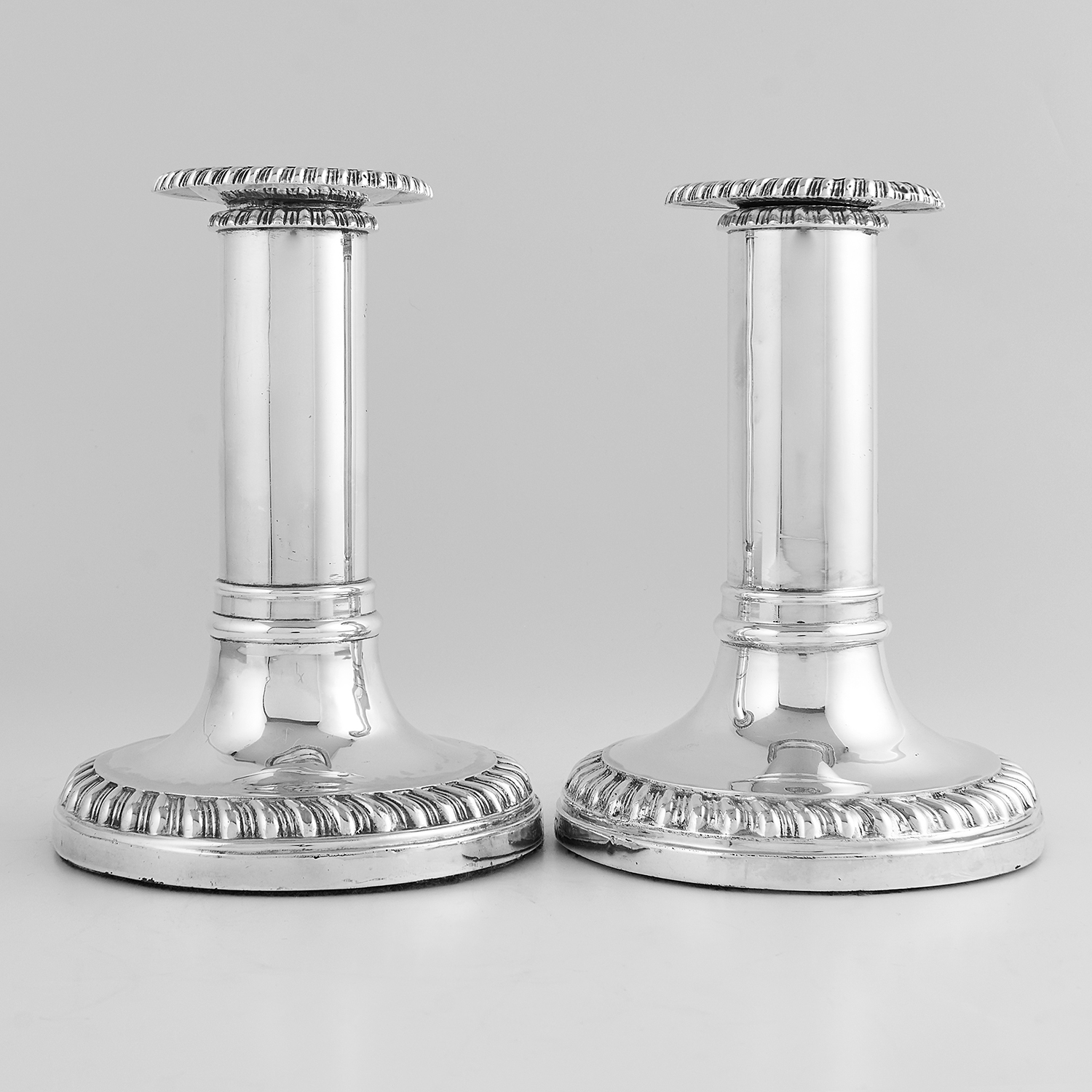 Los 64 - PAIR OF ANTIQUE GEORGE III STERLING SILVER CANDLE STICKS, JOHN & THOMAS SETTLE, SHEFFIELD 1817 the