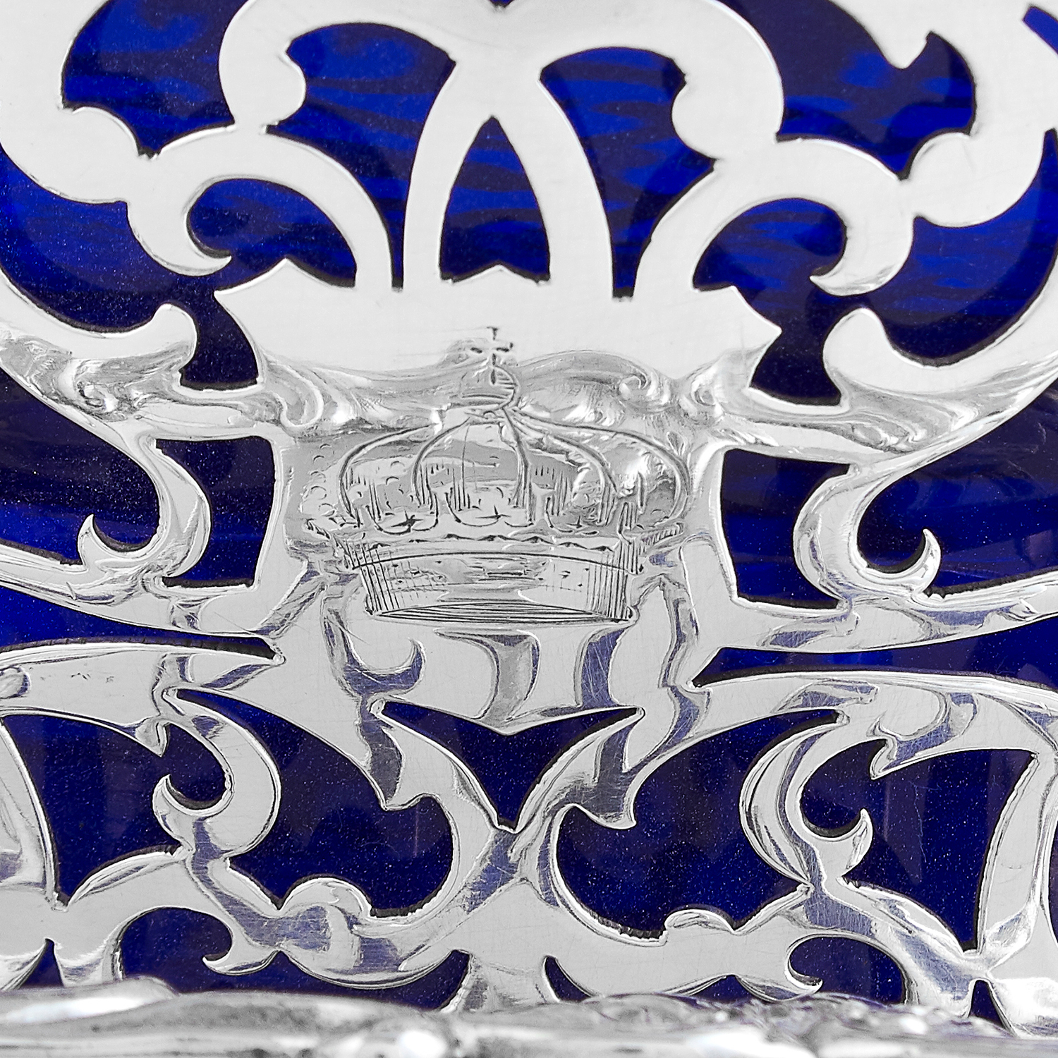 Los 67 - ANTIQUE VICTORIAN STERLING SILVER AND GLASS BUTTER DISH, JOHN FIGG LONODN 1840 the circular blue